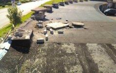 Mažeikiuose automobilis važinėjo garažų stogais, vairuotojas iš įvykio vietos pabėgo