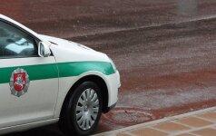 """Telšiuose """"VW Polo"""" vairuotojui siaubingai nepasisekė: išsukęs iš kiemo rėžėsi į policijos automobilį"""