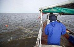 Meškeriotojai stoja piestu prieš verslinę žvejybą