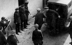 """Suimtų """"liaudies priešų"""" atvežimas į parodomąjį teismo posėdį"""