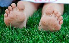Plokščiapėdystės priešas – vaikščiojimas basomis