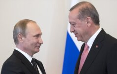 Besiblaškanti Turkija ieško užuovėjos: formuojasi netikėtas triumviratas