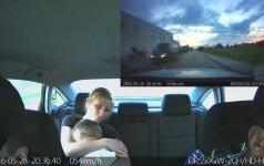 Filmuoti vaizdai: gelbėdami traumą patyrusį vaiką pareigūnai lėkė per 130 km/val. greičiu
