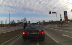 Nufilmavo: kantrybės netekęs vairuotojas Šiauliuose nusprendė pamokyti