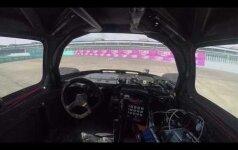 Dirbtinio intelekto valdomas lenktynių automobilis: kaip tai atrodo iš vidaus