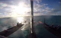 Nufilmuota, kaip per treniruotę įgulos narys iškrito iš jachtos