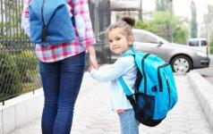 Įsivaikinę tėvai dvejus metus gaus išmokas, galės eiti atostogų