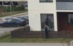 Populiaraus Vilniaus mikrorajono gyventojai pakraupę: vidury baltos dienos nufilmavo įžūlius nusikaltėlius
