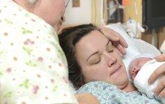 Gimdamas vaikas patiria stresą, todėl saugiausia jam ant mamos krūtinės