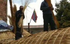 Drąsuoliai nendriniu indėnų laivu ketina perplaukti Ramųjį vandenyną