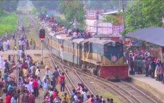 Perpildyti keltai ir traukiniai per musulmonų šventę Bangladeše