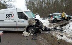 Kelyje Pagėgiai-Klaipėda policijos automobilis susidūrė su mikroautobusu, žuvo pareigūnas