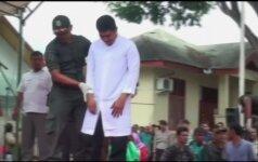 Indonezijoje du vyrai buvo viešai išplakti už homoseksualius santykius