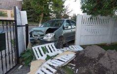 Per 75 metų vairuotojo sukeltą avariją automobiliai nulėkė nuo kelio, išversta tvora