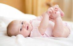 Kūdikiai savarankiškai gali stovėti jau nuo keturių mėnesių
