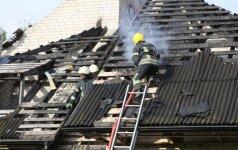 Gyventojai ugniagesių prašė negesinti dešimtą kartą užsiliepsnojusio namo