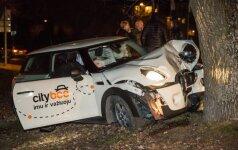 """Vilniuje iš """"CityBee"""" išnuomotas automobilis rėžėsi į medį, sužeisti jaunuoliai"""