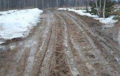 Bandydami įveikti miškavežių išartus kelius sodybos šeimininkai sulaužė 3 automobilius