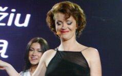 Ericos Jennings suknelę peršvietę televizijos prožektoriai išryškino dainininkės moteriškas grožybes