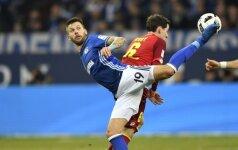 """Dėl kamuolio kovoja """"Schalke"""" žaidėjas Guido Burgstalleris (lkairėje) ir Sebastian Rudy (""""Hoffenheim"""")"""