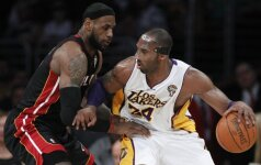 "NBA milžinų dvikovoje ""Lakers"" klubas pranoko ""Heat"" komandą, L.Kleiza ""Raptors"" pelnė 4 taškus"