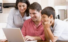 Šeima prie kompiuterio