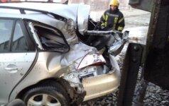"""Gimusi su marškinėliais: po susidūrimo su traukiniu """"VW Golf"""" vairuotoja liko sveika"""