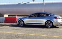 """Pirmiesiems klientams pristatyti naujieji """"Tesla Model 3"""" elektromobiliai"""