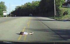 Nufilmuota, kaip maža mergaitė iškrito iš autobuso