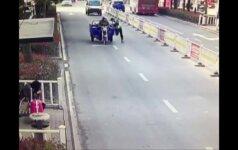 Triratį 70 metrų mėginusiam stabdyti policininkui buvo pervažiuota koja