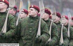 """Internete – patyčios iš """"auksinių šakučių"""" skandalo krečiamos kariuomenės"""