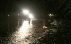 Naktį potvynis užliejo kelią Šilutė-Rusnė