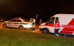 Tamsoje keliu ėjęs vyras mirė greitosios pagalbos automobilyje