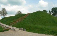 Virš Akmenos stūksantis piliakalnis saugojo ir Romos imperijos palikimą