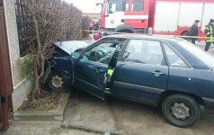 Išsigandęs vairuotojas Klaipėdoje perskrido žiedinę sankryžą ir trenkėsi į tvorą