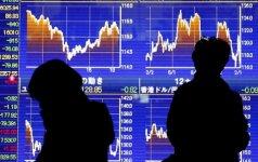 Akcijų kainos ritasi žemyn investuotojams pasigedus aktyvesnių centrinių bankų veiksmų