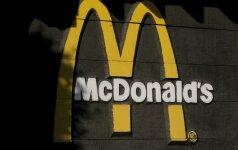 """""""McDonald's"""" dėl pavojaus atšaukia milijonus """"Happy Meal"""" rinkiniuose išdalintų apyrankių"""