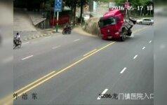 Nufilmuota: Kinijoje motociklininkas vos išvengė žūties nuo virtusio vilkiko