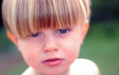 Video: įamžino akimirką, kai kurčias vaikas pradeda girdėti