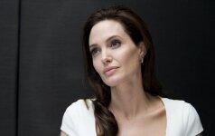 A. Jolie apgaudinėja B. Pittą su vaikų aukle
