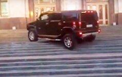 """Tai nutiko Rusijoje: į """"Hummer"""" įsėdęs """"auksinis jaunimas"""" pasivažinėjo universiteto laiptais"""