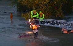 Iš potvynio apsemto automobilio pavyko išgelbėti vairuotoją