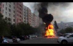 Daugiabučio kieme – veiksmo filmo vertas automobilio sprogimas