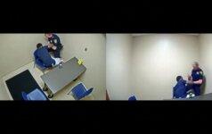 Nufilmuota: apklausos kambaryje vyras bandė iš policininko atimti ginklą