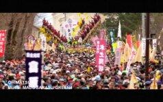 Pavojingas rąstų ridenimo lenktynės Japonijoje