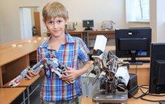 Šiaulietis Dominykas, laimėjęs robotų kūrimo varžybas J. Rozovskij nuotr.