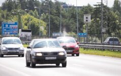 Greičio matuoklis matuoja nuvažiuojančius automobilius