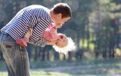 """Lenkija planuoja alimentų nemokančius tėvus """"puošti"""" elektroninėmis apyrankėmis"""