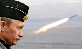 Vladimiras Putinas stebi balistinės raketos paleidimą per pratybas Arktyje (2005)