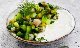 Gaivios silkės salotos su agurkais pagal Alfą Ivanauską